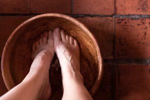 El lavatorio de pies en el cual Jesús lava los pies a sus discípulos, con la finalidad de dar un ejemplo de amor y servicio a los demás.