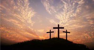 En las iglesias, durante el Viernes Santo todas las imágenes religiosas, principalmente el crucifijo se cubren con tela morada en señal de la ausencia de Jesús.